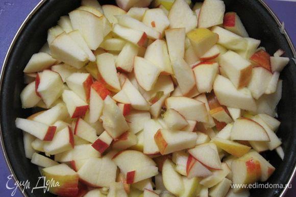 Разрезать на 8 частей, затем нарезать мелко. На дно толстостенной кастрюли (не эмалированной) налить 4-5 столовых ложек воды и выложить яблоки.