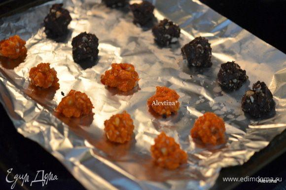 На приготовленный противень с бумагой для выпечки выложить шоколад с орехами по 1 ч.л. поставить в морозильник на 30 мин.