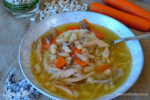 Подавать горячим. В глубокую тарелку положить ломтик поджаренного хлеба, а сверху налить суп... Можно добавить немного оливкового масла и присыпать тертым сыром (типа пармизан).