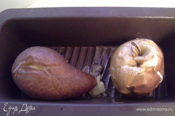 Яблоко и грушу, помыть. Положить в форму. Запечь до готовности. Остудить.
