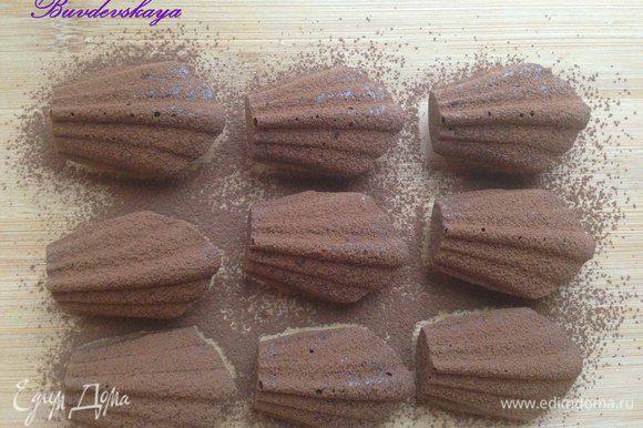 Вынуть из духовки и дать мадленкам немного остыть, затем перевернуть на разделочную доску и посыпать через мелкое сито какао порошком. Подавать можно слегка теплыми или холодными. ENJOY !