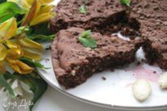 Вынуть пирог из духовки и оставить в форме остывать минут на 30. Посыпать шоколадной крошкой ( смесь сахарной пудры, какао, сливочного масла). Поломать на порционные куски. Приятного чаепития!