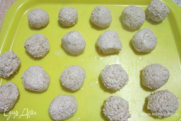Форму застелить пергаментом. Влажными руками сформовать шарики. У меня получилось 18 небольших печений. Поставить на некоторое время в холодильник.