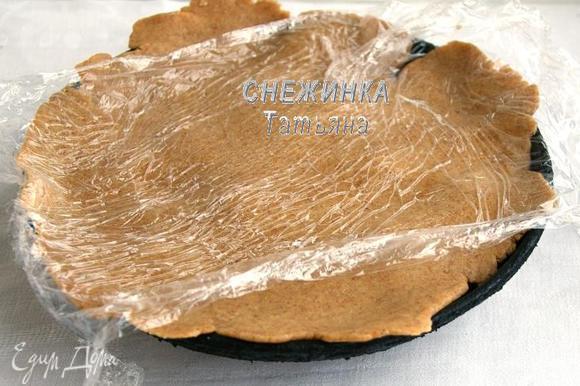 Тесто раскатываем между двумя пластами пищевой плёнки, так удобней. Затем снимаем плёнку с одной стороны, укладываем тесто на помидоры и снимаем верхнюю плёнку.