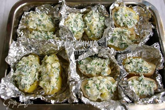 Фаршируем картофель полученной начинкой и снова отправляем в духовку на 10 минут.