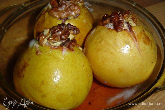 Запекаем яблоки при 180 гр. до мягкости, время запекания будет зависеть от сорта яблок.