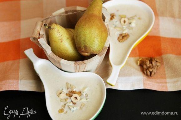 Хорошо все перемешайте и прогрейте. Разлейте по тарелкам и украсьте кусочками груши и сыра. Посыпьте блюдо сверху орешками.