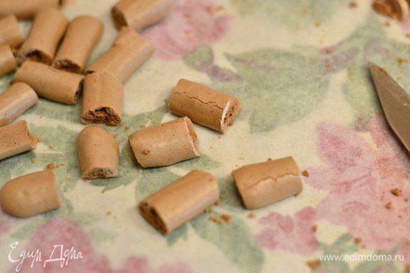 Берем палочки для украшения и режем их на небольшие кусочки.
