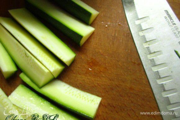 Для гарнира цукини нарезать длинными кусочками.