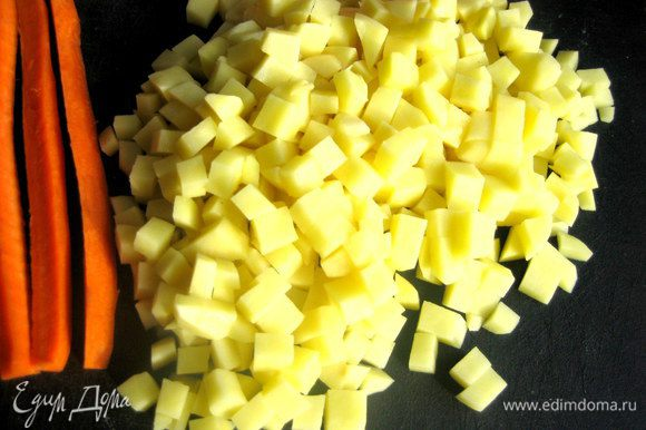 Картофель измельчаем на кубики.