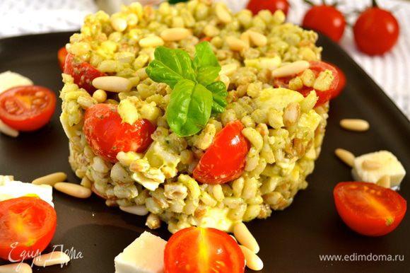 Добавить в миску. Положить орешки. Все перемешать. Можно порционно выложить на тарелки в виде башенок... По желанию, сбрызнуть оливковым маслом...