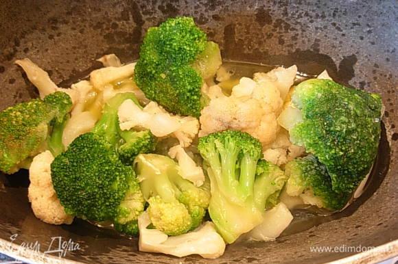 Затем засыпать цветную и брокколи, налить 100 мл. воды и тушить до готовности.
