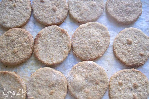 Выпекать печенье в заранее разогретой до 170 градусов духовке около 10 минут.