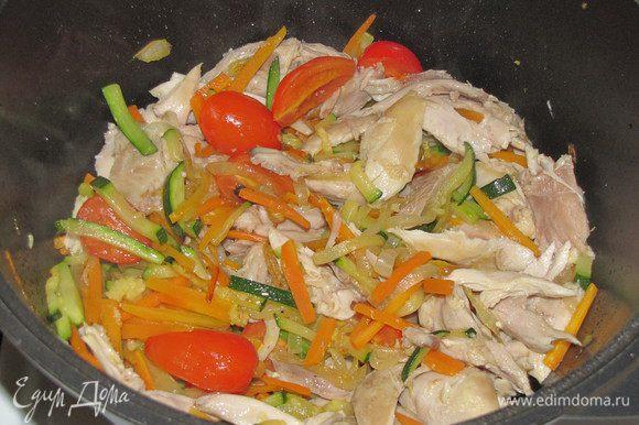 Добавить кусочки курицы и измельченный чеснок, перемешать.