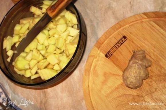 Добавить имбирь, яблоки и вновь хорошо перемешать.