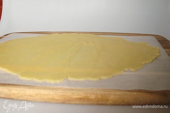 Полученное тесто раскатать между двумя листами пергамента как можно тоньше. Убрать в морозильную камеру до полного замерзания.
