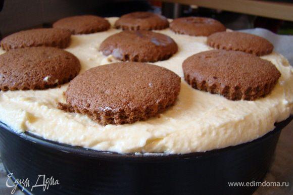 Накрываем вторым бисквитом (пропитать кофе), оставшимся кремом и печеньем (оставить сухим). Поставить в холодильник часа на 3-4 или ночь.