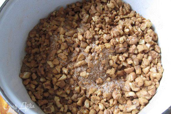 Рубленные грецкие орехи смешать с оставшимся сахаром и корицей. Грецкие орехи можете порубить в мелкую крошку. Нам нравится крупная крошка.