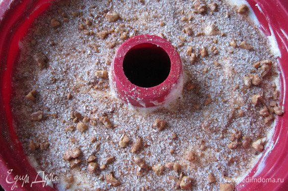 Форму для кекса смазать сливочным маслом. В форму выложить половину теста и разровнять. Выложить на тесто 3/4 ореховой начинки. Сверху – оставшееся тесто и присыпать его оставшейся ореховой начинкой.