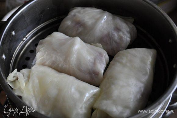 Круги мантышницы смазать раст.маслом и выложить по 4 конвертика на круг. Поставить круги на кастрюлю с кипящей водой и готовить на пару 50-60 минут.