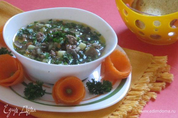 Готовый суп при подаче посыпать мелко нарезанной зеленью. Подать со сметаной.