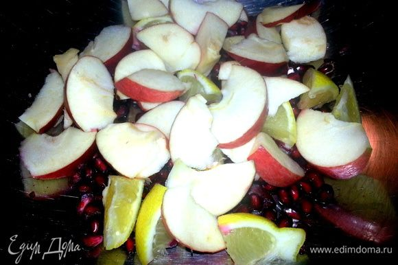 Небольшое яблоко нарезать на дольки.