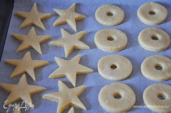 Из светлого теста вырезать круги с дырочками и звезды.