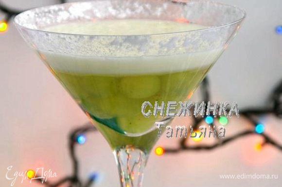 Чтобы сделать сахарный ободок, изнутри смазываем верхушку бокалов соком лимона, слегка, кисточкой. Затем посыпаем сахарной пудрой, наклонив и поворачивая бокал. Нужная пудра прилипнет, остальная – ссыпется.