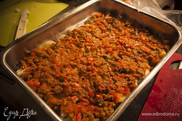 поверх картофеля - соус из мяса и овощей