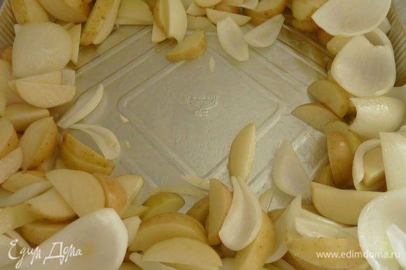 Разогреть духовку до 250°С градусов. Лук порезать на 4 части и разделить на слои, картошку порезать на брусочки. В форму для выпечки разложить картошку и лук, полить маслом. Раздвинуть овощи в стороны формы и уложить грудки в центр.