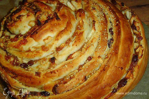 Пирог кладем на противень и оставляем его еще на 20 минут, смазываем его слегка взбитым желтком, затем выпекаем в разогретой до 190 гр. духовке около часа.