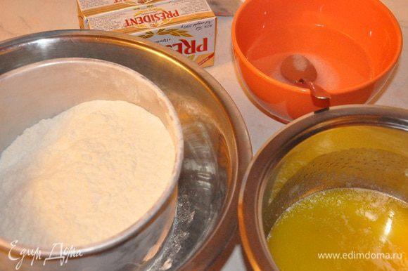 Готовим мучной блок. Необходимы: Мучной блок: 185 г холодной воды 1 ч.л. соли 1/4 ч.л. уксуса 420 г муки 115 г несоленого растопленного и охлажденного сл. масла В муку добавить растопленное и охлажденное масло, перемешать в крошки, добавить воду с солью и уксусом.