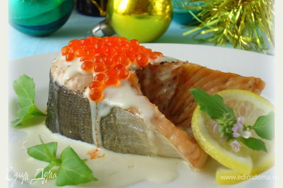 Готовую рыбу выложить на тарелку. Полить соусом. Украсить ломтиками лимона и зеленью. Приятного!!