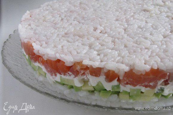 Через два час достать торт и убрать груз. Осторожно снять кольцо. Торт хорошо держит форму.