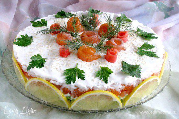 Смазать верх торта оставшимся сливочно-сырным кремом. Украсить по своему желанию. Я украсила дольками лимона, розочками из семги и имбиря, зеленью петрушки, укропа, кунжутом.