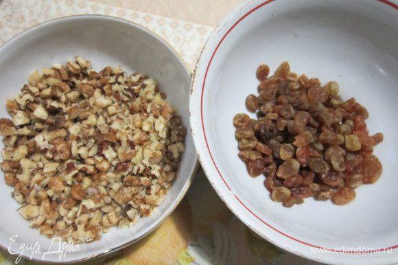 Грецкие орехи порубить ножом на кусочки. Изюм промыть, высушить. Курагу порезать маленькими кусочками, смешать с изюмом, орехами, корицей и мёдом. Количество начинки может меняться в зависимости от размера груш (Корица – ¼ ч.л., мёд можете и вовсе не добавлять).