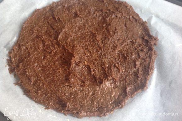 Противень застелить бумагой, нарисовать тарелкой окружность, смазать сливочным маслом, выложить 1/3 теста. Выпекать при температуре 180 градусах 25-30 минут. Получится 3 коржа.