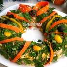 Теперь берём очищенную морковь и нарезаем очень тонкие ленты, я как всегда использовала овощечистку. Оформляем этими лентами «венок». Используем также для украшения ленты и кружочки из сладкого жёлтого перца, а также кольца и половинки маслин.