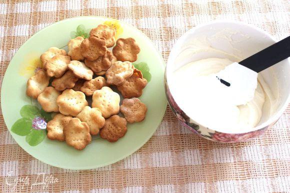 Сыр измельчить в блендере до состояния крема. Разделить на 2 части.