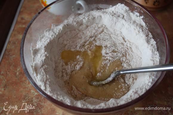 Добавить муку и замесить гладкое тесто. Муки может понадобится чуть больше, но следите за тем, чтобы тесто оставалось довольно мягким.