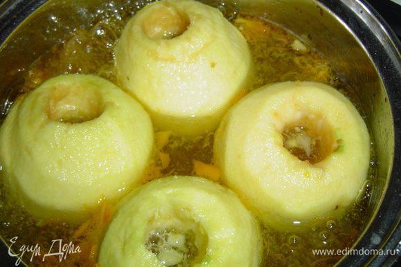 В кипящий сироп помещаем яблоки и провариваем 10 минут на медленном огне. Затем яблоки извлекаем из сиропа и даем им стечь.