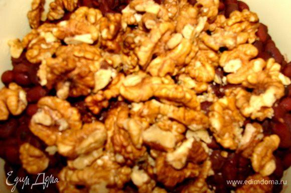 Орехи и кинзу смешать с фасолью. Добавить смесь перцев молотую по вкусу. Измельчить блендером до однородной массы.