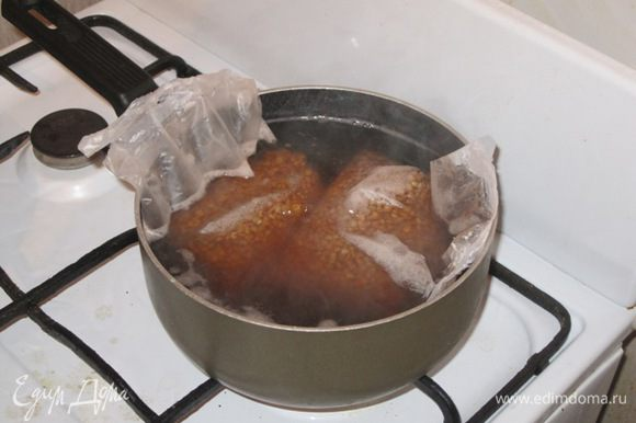 Для начинки взять гречку и отварить. Я взяла готовые пакетики с гречкой, отварила в кипящей подсоленной воде в течение 15 минут. Я отварила 2 пакетика, но это на всякий случай. Одного пакетика хватило.
