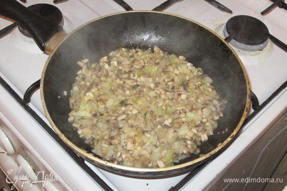 Грибы мелко нарезать. Обжарить с мелко нарезанным луком.