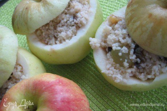 Заполнить начинкой яблоки, накрыть крышечками из яблок. Духовку разогреть до 200°С. Поместить туда форму с яблоками минимально на 40 минут, минут через 20 после начала выпечки можно убавить огонь до 180°С.