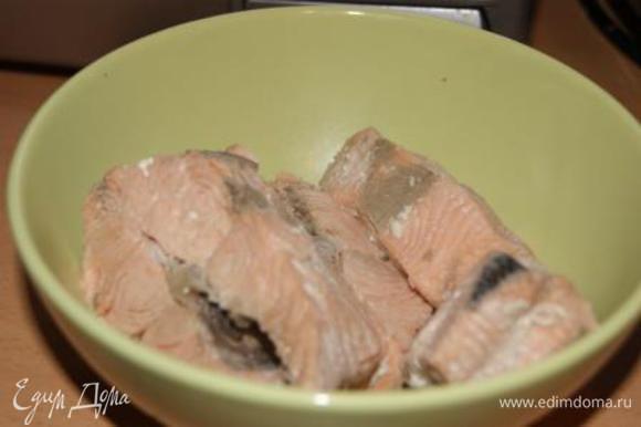 Рыбу вынуть из бульона, бульон процедить. Остывшую рыбу очистить от костей.