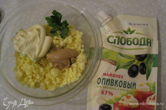 Желтки разминаем. Добавляем горчицу, майонез, петрушку и все это перемешиваем. Наполняем смесью половинки яиц, наверх выкладываем креветкми и маслины и подаем их на листьях салата.