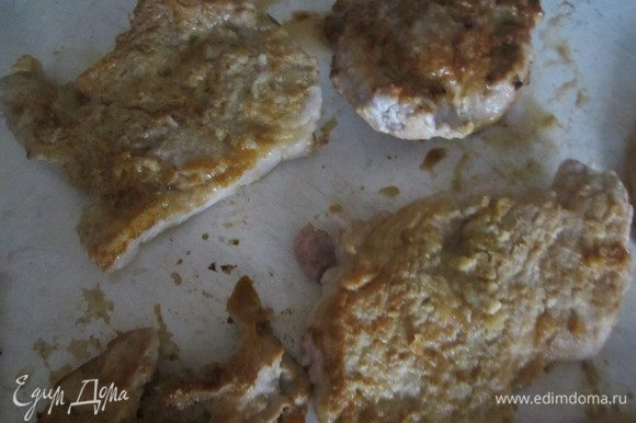 Мясо обжарить с двух сторон на оливковом масле (2 ст.л.) до образования румяной корочки