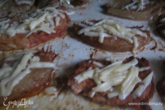 Выложить порционные куски в форму, смазанную оливковым маслом (2 ст.л.) , посыпать тертым сыром, запечь в духовке 40 минут. Подавать со шпинатом и отварным рисом.