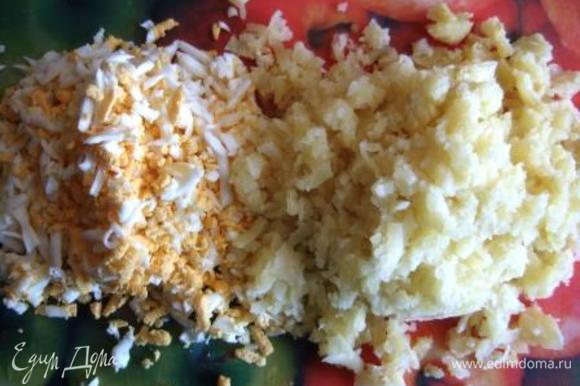 Картофель и 2 яйца очистить и натереть по отдельности на крупной терке.